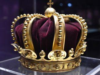 מה יש למלך מתחת לכתר
